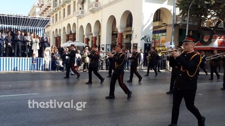 ΣΕΙΣΤΗΚΕ η Θεσσαλονίκη όταν η μπάντα έπαιξε το Μακεδονία Ξακουστή μπροστά στους επισήμους.