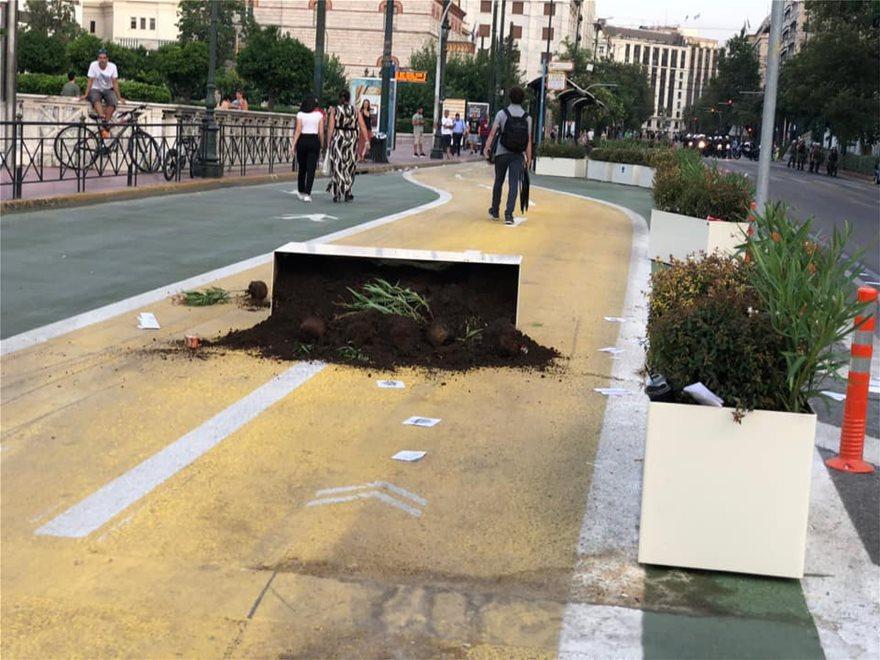 Αθήνα Τωρα: Κατέρρευσαν οι ζαρντινιέρες στο Μεγάλο Περίπατο.