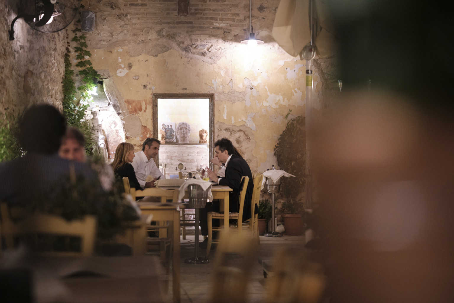 Ο Μητσοτάκης και η Σακελλαροπούλου πήγαν για φαγητό σε κουτουκι της κακιάς ώρας. Δείτε πλάνα και φωτογραφίες.