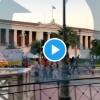 Αστυνομικοί πάνω σε παπάκια κυνηγούν διαδηλωτές στο μεγάλο περίπατο της Αθήνας.