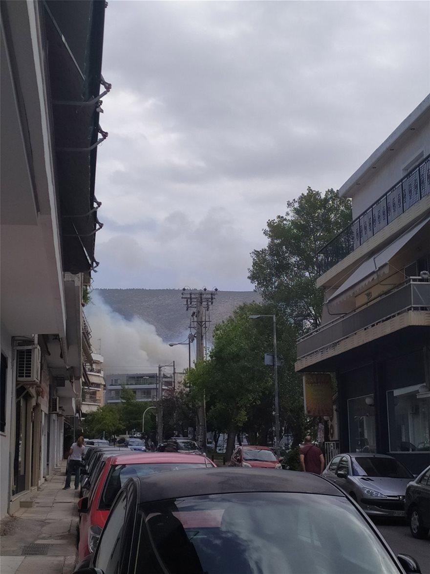 Φωτιά σε Βυρωνα – Καρέα: Εικόνες και βίντεο απο την πρώτη γραμμή (Βίντεο)