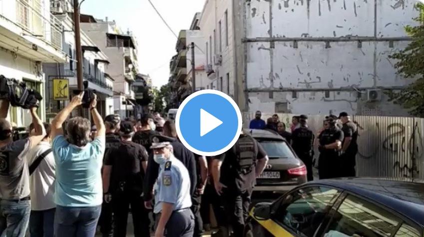 Καρδίτσα: Δεν αφήνουν τον κόσμο να πλησιάσει στο δημαρχείο για να μην κράξουν τον πρωθυπουργό