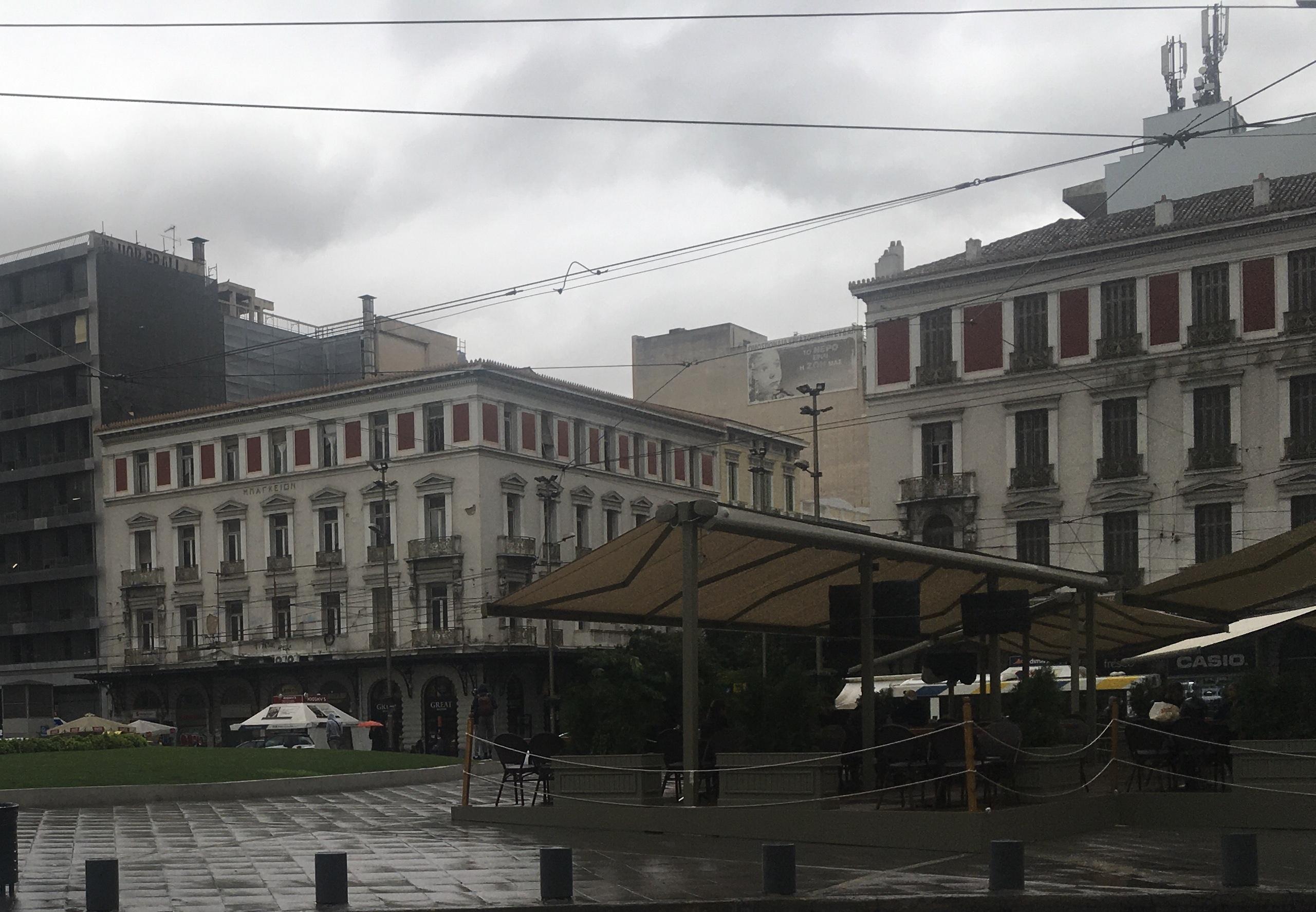 Πλατεία Ομόνοιας: Γέμισε τραπεζάκια από καφενέδες και fast food