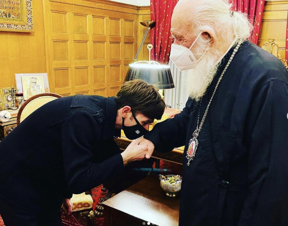 Πασίγνωστος τηλεπαρουσιαστής πήρε την ευλογία του αρχιεπισκόπου για να πολιτευτεί