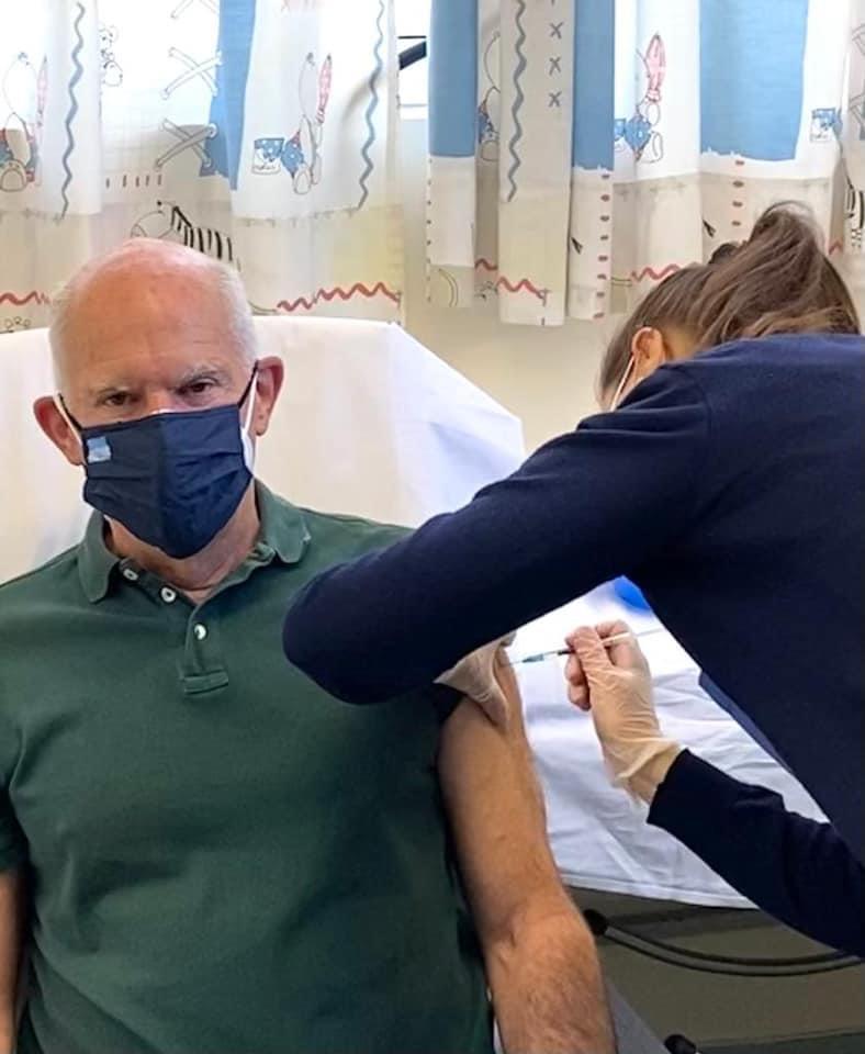 Δείτε πως πήγε να κάνει το εμβολιο ο Γιώργος Παπανδρέου