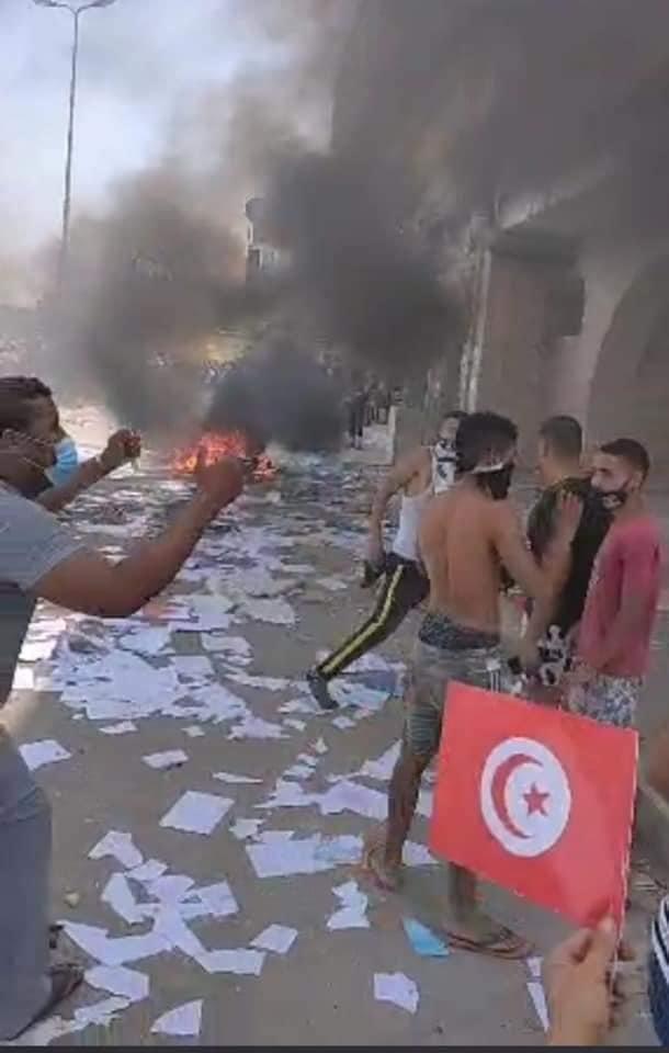 Τωρα: Τρομερές σκηνές απο την Τυνησία με ισλαμιστές να γκρεμίζουν διαδηλωτή από ταράτσα