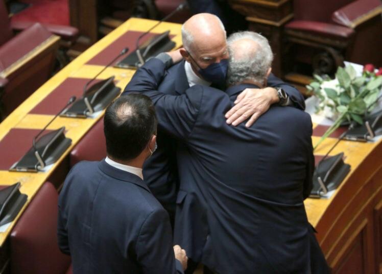 Αγκαλιασμένοι βουλευτές θρηνούν για τον θάνατο της Φώφης Γεννηματά
